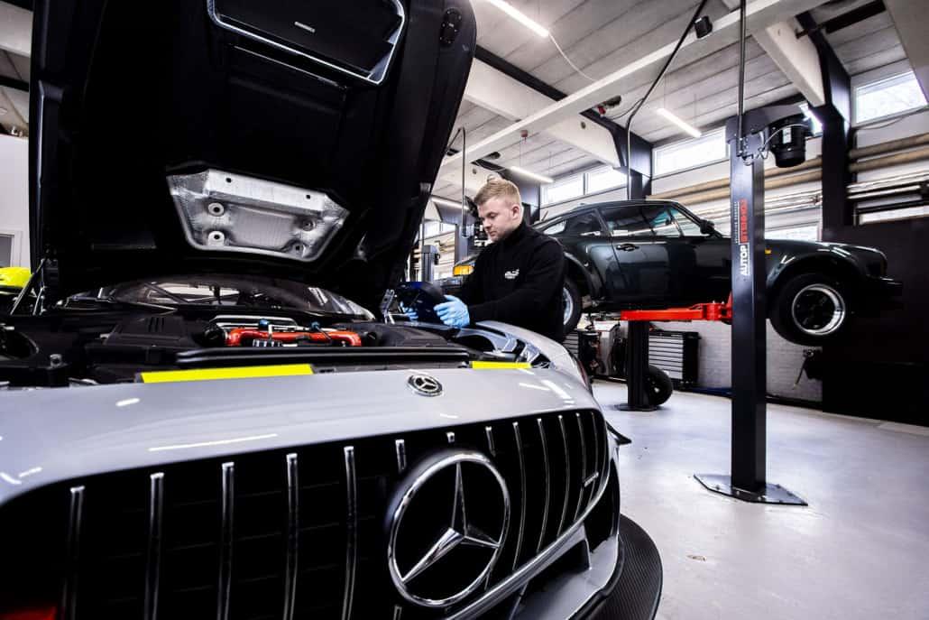 Automekaniker udfører aircon service på mercedes